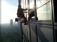 Umývanie okien 25 p. výškovej budovy horolezeckou technikou