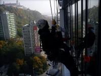 Umývanie okien pod hradom horolezeckou technikou