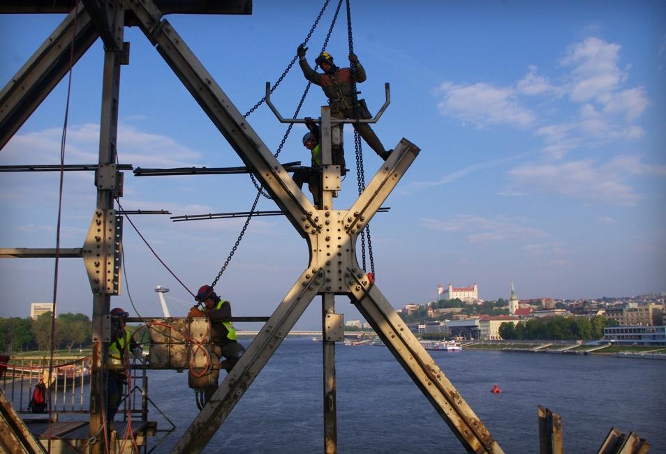 rozoberanie starého mosta - s použitím horolezeckej techniky