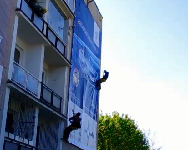DAVE montáž reklamy s použitím horolezeckej techniky