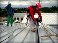 Montáž panelovej strechy s použitím kolektívneho zabezpečenia