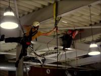 prace vo vyskach - viazanie standovacich isteni pod stropom